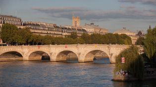 Un homme a sautédu haut du pont Neuf, dans le centre de Paris, dans la soirée du 21 juin 2017. (GILLES TARGAT / AFP)