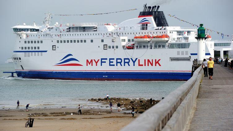 """Le navire """"Berlioz"""" de la société MyFerryLink, gérée par des ex-salariés de SeaFrance,quitte le port de Calais (Pas-de-Calais), le 20 août 2013. (PHILIPPE HUGUEN / AFP)"""