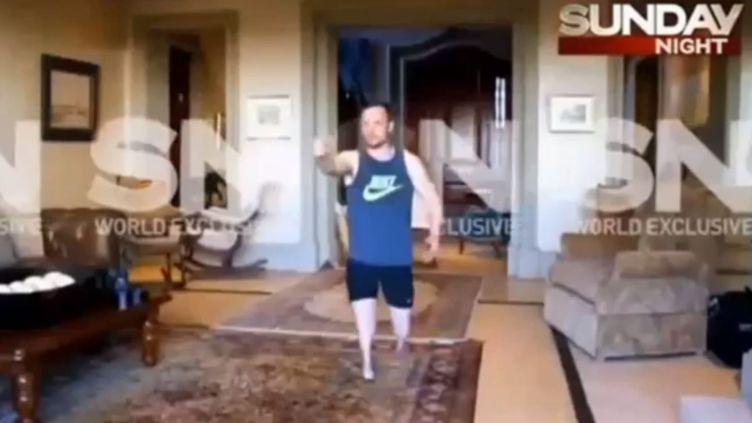 Capture d'écran d'une vidéo, diffusée le 6 juillet 2014 en Australie,montrant Oscar Pistorius reconstituant la nuit de la mort de sa compagne. (CHANNEL 7 / FRANCETV INFO)