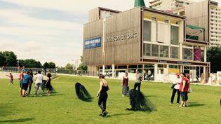 L'installation Empreinte d'A Nanna devant la maison du parc Jean Moulin les Guilands de Montreuil-Bagnolet. (CLAIRE LEROUX/DC)