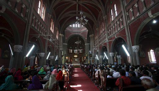 Chrétiens pakistanais célébrant Pâques à l'église du Sacré-Cœurdans une église de Lahore le 5 avril 2015 (REUTERS - Mohsin Raza)