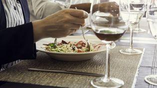 Un homme mange une assiette de pâtes dans un restaurant. Image d'illustration. (SIGRID OLSSON / ALTOPRESS)