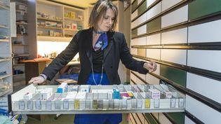 Les pharmaciens sont une des professions visées par le rapport, selon Les Echos. Ils pourraient perdre leur monopole sur la vente des médicaments sans prescription. (YVES ROUSSEAU / BSIP/AFP)
