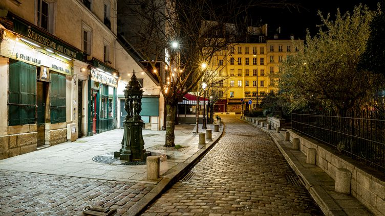 Une rue vide à Paris, le 15 décembre 2020, au premier soir du couvre-feu national. (HAMID AZMOUN / HANS LUCAS / AFP)