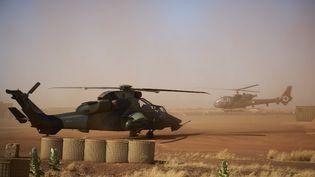 Un hélicoptère Tigre (à gauche) sur une base militaire française de Gao, dans le nord du Mali, le 8 novembre 2019. (MICHELE CATTANI / AFP)