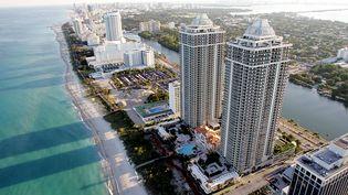 Dopés par la demande, les prix des terrains et appartements de luxe s'envolent en Floride. Ici, Blue and Green Diamond, un ensemble de gratte-ciel résidentiel à Miami Beach (ROBERTO SCHMIDT / AFP)