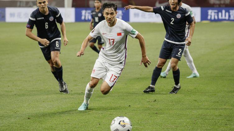 Le Chinois Wu Xinghan lors du match de qualification pour la Coupe du monde de football 2022 entre la Chine et Guam à Suzhou, en Chine, le 30 mai 2021. (STR / AFP)