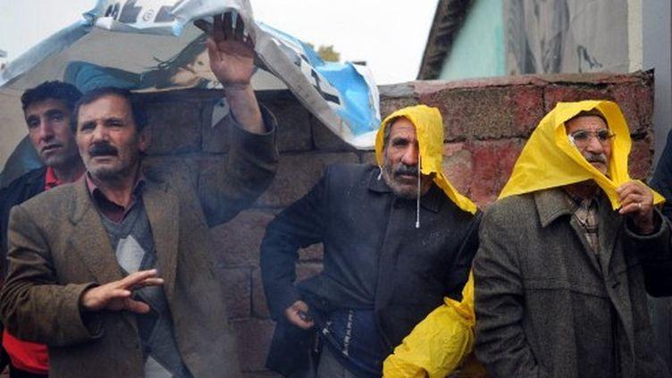 A Ercis, les survivants tentent de s'abriter, alors que pluie et neige ont commencé à tomber. (DIMITAR DILKOFF / AFP)