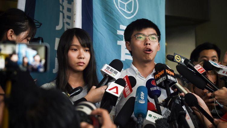 Les militants prodémocratiehongkongais, Agnes Chow et Joshua Wong, s'expriment devant la presse après avoir été libérés sous caution, le 30 août 2019 à Hong Kong. (LILLIAN SUWANRUMPHA / AFP)