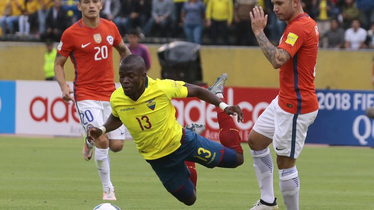 Enner Valencia chute face au Chili (JUAN CEVALLOS / AFP)