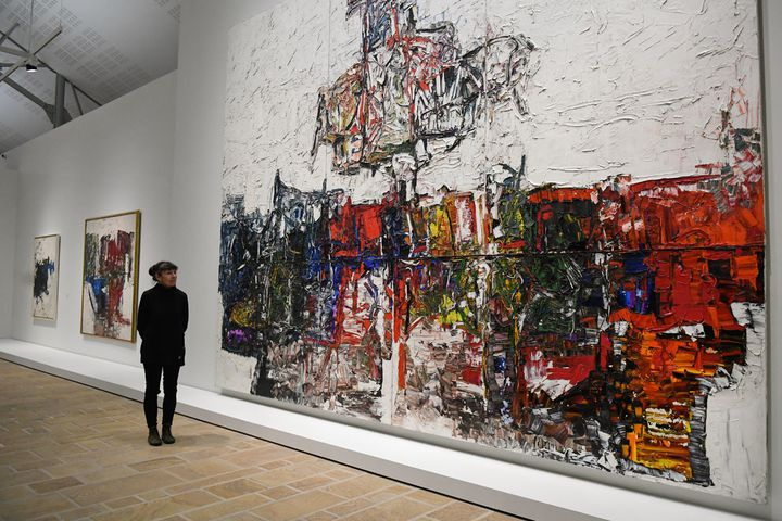 "Yseult Riopelle, la fille de Jean-Paul Riopelle, devant ""Point de rencontre"", un tableau de son père, exposé au Fonds Hélène et Edouard Leclerc à Landerneau (Finistère, décembre 2018)  (Fred Tanneau / AFP)"