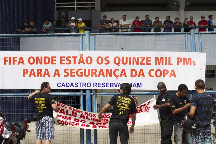 """Le 28 avril 2014, àManaus,capitale de l'État de l'Amazonas, des policiers grévistes ont déployé une banderole : """"Fifa, où sont les 15 000 policiers pour assurer la sécurité pendant la Coupe du monde"""". (REUTERS )"""