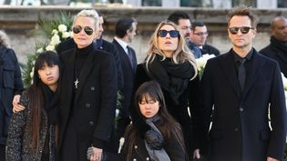 Laeticia Hallyday (à gauche), ses deux filles Jade et Joy, aux cotés de Laura Smet et David Hallyday, les aînés du chanteur. (LUDOVIC MARIN / POOL)