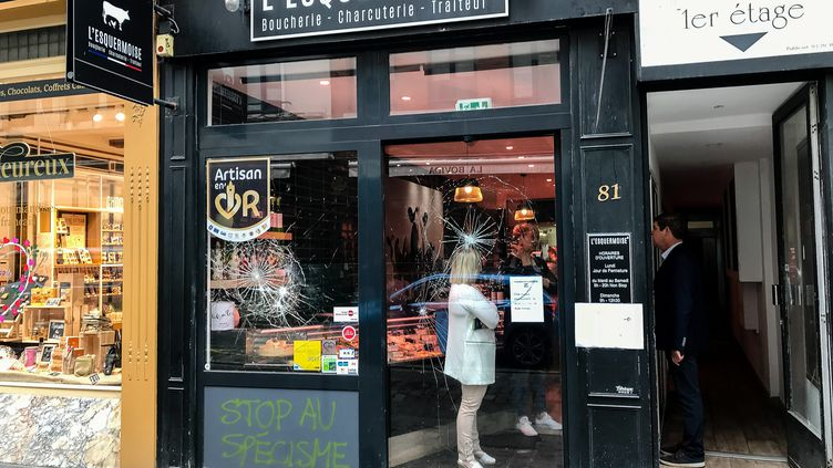 """Une boucherie vandalisée à Lille (Nord), le 15 mai 2018, avec l'inscription """"stop au spécisme"""" sur la devanture. (MAXPPP)"""