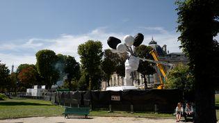 Installation du Bouquet de tulipes de l'artiste Jeff Koons, à Paris. (LUDOVIC MARIN / AFP)