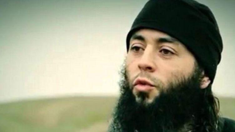(L'homme qui apparaît sur la dernière vidéo de Daech serait le demi-frère de Mohamed Merah © Capture d'écran)