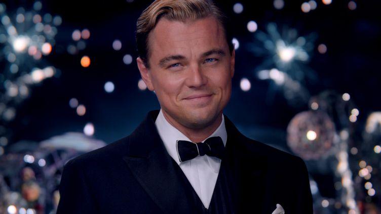 Mais que cache le très souriant Gatsby (Leonardo DiCaprio) derrière son sourire angélique ? (COURTESY OF WARNER BROS. PICTURE)