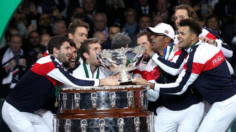 L'équipe de France célébrant sa victoire de la Coupe Davis, au stade Pierre Mauroy de Villeneuve d'Ascq, le 26 novembre 2017. (MAXPPP)