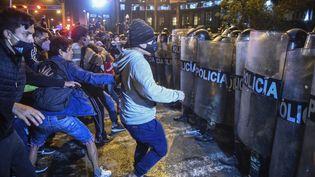 Des manifestants contre la destitution del'ex-président péruvien Martin Vizcarra à Lima, au Pérou, le 12 novembre 2020. (ERNESTO BENAVIDES / AFP)
