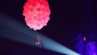 Des artistes, figurant deux amoureux, se sont étreints dans les airs, tourbillonnant sous une nuée de ballons de baudruche roses, samedi 8 février 2020 à l'ouverture du Carnaval de Venise placé cette année sous le signe de l'amour. (VINCENZO PINTO / AFP)
