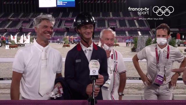 Le sélectionneur national Thierry Touzaint est entouré de ses cavaliers Christopher Six, Karim Laghouag et Nicolas Touzaint pour fêter au micro cette belle médaille de bronze du concours complet.