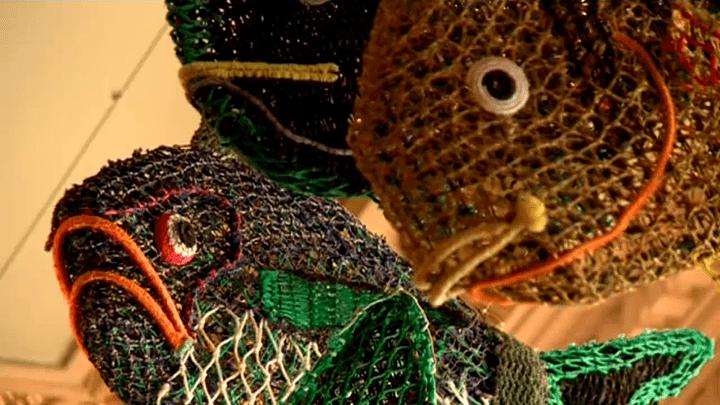 Des poissons réalisés à partir de filets de pêches par des artistes du détroit de Torrès  (France 3 / Culturebox / capture d'écran)