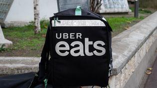 Le sac isotherme d'un coursier Uber Eats, le 18 novembre 2020, à Paris. (RICCARDO MILANI / HANS LUCAS / AFP)