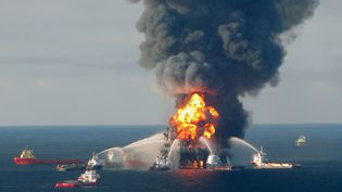 (La plateforme Deepwater Horizon en feu, en avril 2010 © REUTERS)