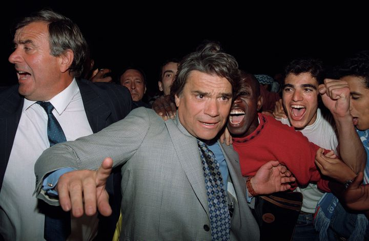 Bernard Tapie fête la victoire de l'OM en Ligue des champions, le 29 mai 1993, au Stade Vélodrome. (GEORGES GOBET / AFP)