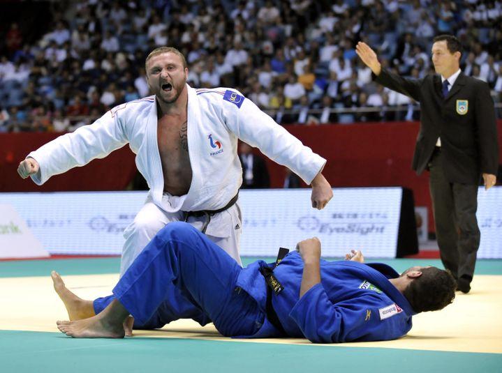 Le judoka français Matthieu Bataille décroche la médaille de bronze chez les plus de 100 kilos, lors des championnats du monde à Tokyo (Japon), le 9 septembre 2010. (KAZUHIRO NOGI / AFP)