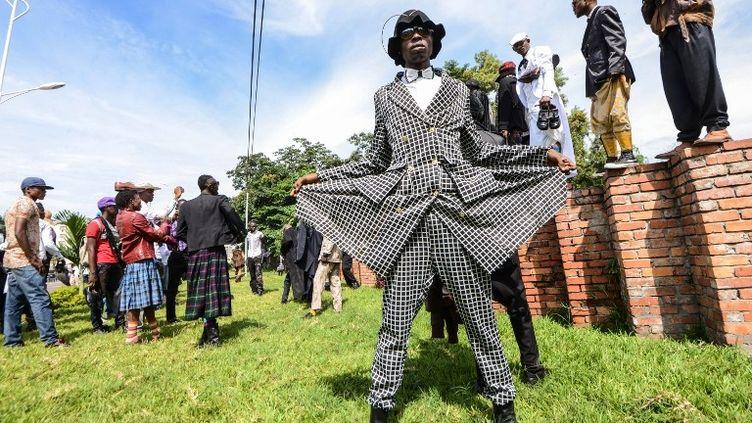 Un membre de la Sape au cimetière de Gombe, en janvier 2014  (JUNIOR D. KANNAH / AFP)