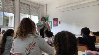 Une enseignante devant sa classe (photo d'illustration). (OLIVIA COHEN / RADIOFRANCE)