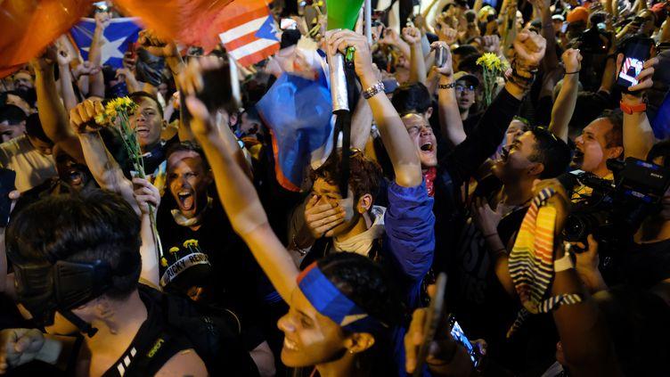 Explosion de joie chez les manifestants le 24 juillet 2019 à San Juan (Porto Rico), après l'annonce de la démission de Ricardo Rossello. (RICARDO ARDUENGO / AFP)