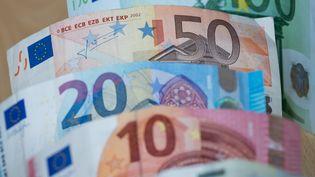 Des billets de banque à Nuremberg, en Allemagne, le 27 avril 2017. (DANIEL KARMANN / DPA / AFP)