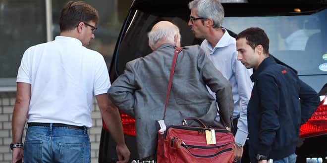 Le professeur Gérard Saillant (ici de dos avec la sacoche) est arrivé au chevet de Jules Bianchi