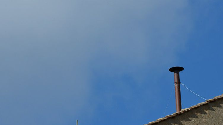 La cheminée sur le toit de la chapelle Sixtine, au Vatican,au moment des préparatifs pour l'entrée en conclave des 115 cardinaux, le 9 mars 2013. (GABRIEL BOUYS / AFP)