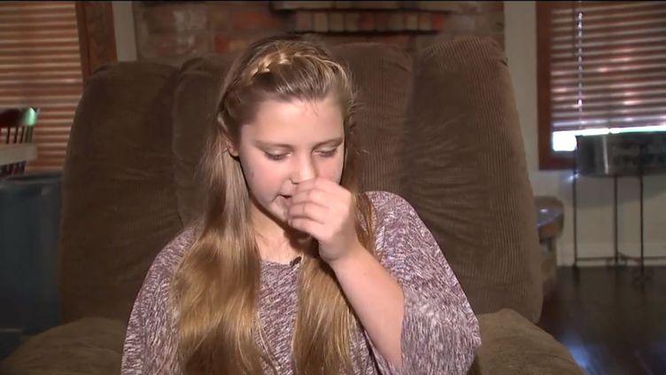 Katelyn Thornley, une Américaine de 12 ans, éternue pendant son interview par la chaîne locale Fox 26 Houston, diffusée le 5 octobre 2015. (FOX 26 HOUSTON)