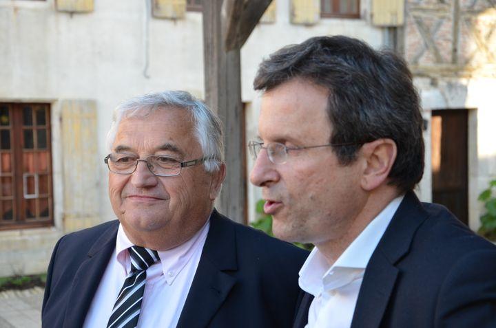 Bernard Barral (à gauche), le candidat désigné par le Parti socialiste, et Christophe Borgel (à droite), secrétaire national du PS en charge des élections, le 16 mai 2013 à Pujols (Lot-et-Garonne). (THOMAS BAIETTO / FRANCETV INFO)