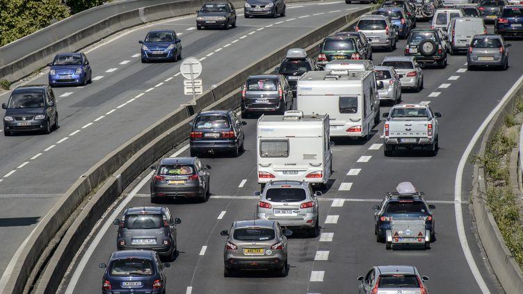 Une photographie illustrant les retours de vacances sur l'autoroute A7 près de Lyon (Rhône), le 16 août 2014. (JEAN-PHILIPPE KSIAZEK / AFP)