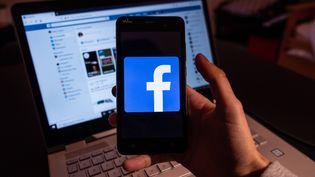 Le logo Facebook apparaît sur un écran de téléphone, le 22 novembre 2019 à Toulouse (Haute-Garonne). (LILIAN CAZABET / HANS LUCAS / AFP)