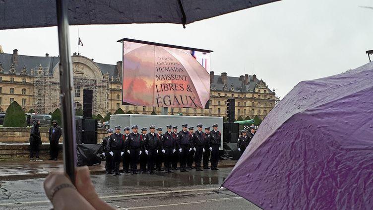 Une foule d'anonymes devant les Invalides où se déroule l'hommage au colonel Beltrame mercredi 28 mars 2018. (BENJAMIN ILLY / FRANCEINFO)