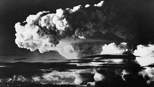 Explosion de la première bombe H américaine au large de l'atoll d'Eniwetok dans les îles Marshall, le 1er novembre 1952. ( AFP )