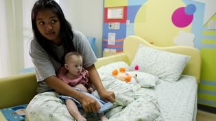 Gammy et sa mèrePattaramon Chanbua à l'hôpital deSamitivej en Thaïlande, le 4 août 2014. (NICOLAS ASFOURI / AFP)
