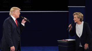 Donald Trump répond à Hillary Clinton, dimanche 9 octobre 2016 lors du second débat entre les candidats à la présidentielle organisé à Saint Louis (Missouri). (CHIP SOMODEVILLA / GETTY IMAGES NORTH AMERICA / AFP)