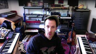 L'artiste messin Chapelier Fou dans son studio pendant le confinement. (France Télévisions)