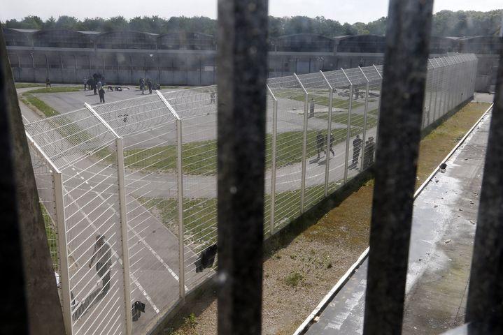 Vue de la cour de promenade de la prison de Fleury-Mérogis (Essonne), le 14 mai 2014. ( CHARLES PLATIAU / REUTERS)