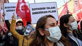 Manifestation devant l'ambassade des USA à Istanbul (Truquie) pour désapprouver la position de Joe Bien qui reconnait le génocide arménien, le 26 avril 2021. (OZAN KOSE / AFP)