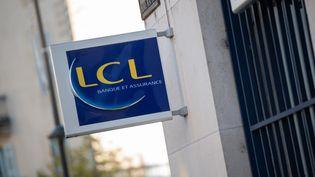 La devanture d'une banque LCL à Périgueux (Dordogne), le 8 novembre 2020. (ROMAIN LONGIERAS / HANS LUCAS / AFP)