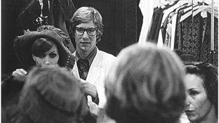 Danielle Luquet de Saint Germain et Yves Saint Laurent , séance d'essayage, collection automnehiver 1968-1969  ( Fondation Pierre Bergé-Yves Saint Laurent D.R.)