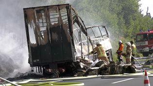 Les pompiers éteignent l'incendie du car accidenté, lundi 3 juillet 2017, près de Münchberg, en Allemagne. (REUTERS)